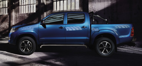 Hilux 4x4, Blue exterior, side view, street shot, outdoors